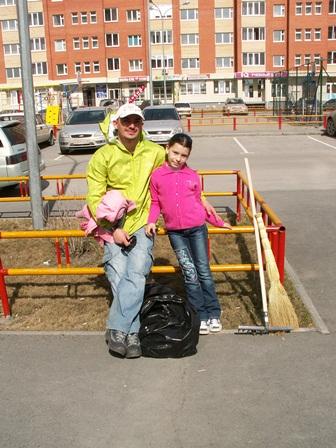 Активный участник субботника в 3 Заречном Денис с дочерью Катей