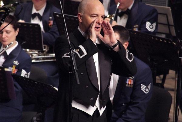 Дирижер оркестра - майор Мэтт Генри. Фото: Юрий Хозянов