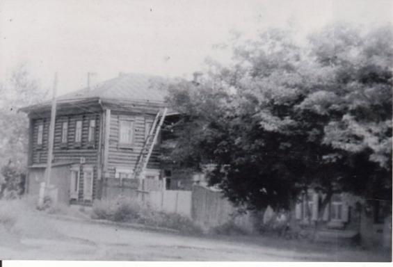 Дом с деревьями