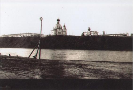 Вид с левого берега Туры на Гостиный Двор