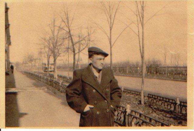 Мужчина возле облвоенкомата (гостиного двора)