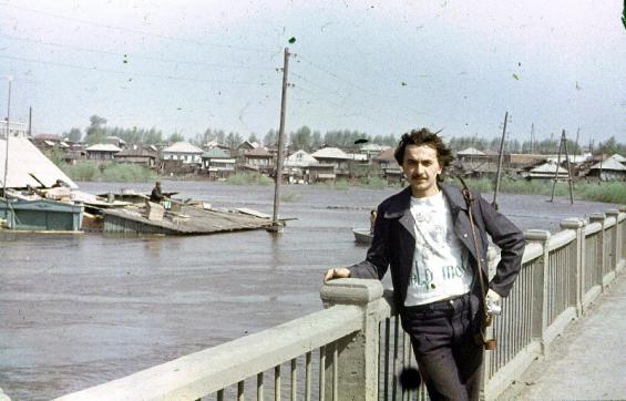 Парфёновский мост, наводнение 1979 года (Л.Рачёв спиной к АК-1228)