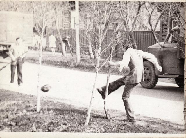 Студенты играют в футбол